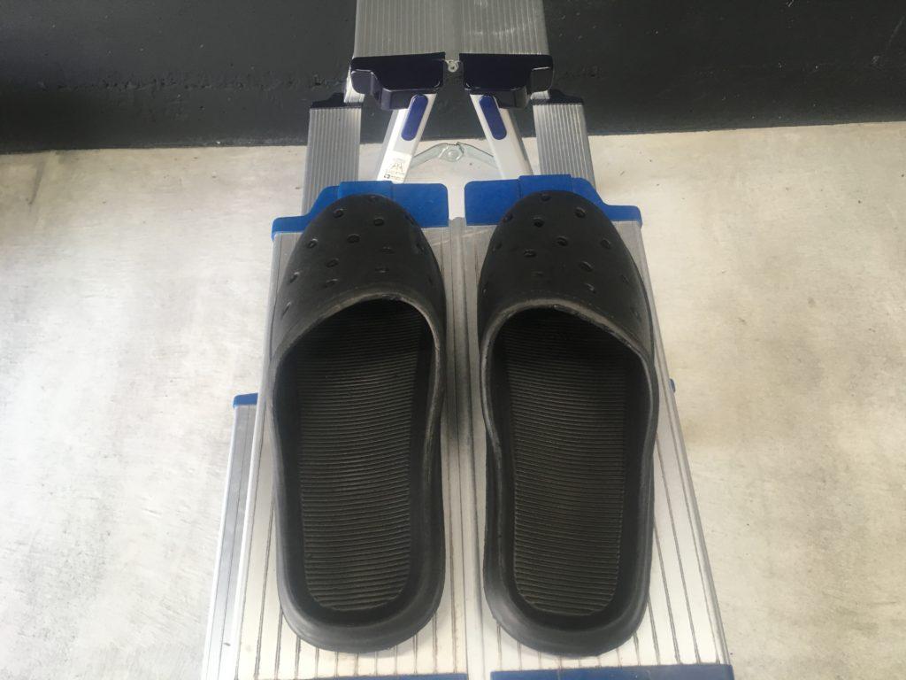 天板に靴を載せている