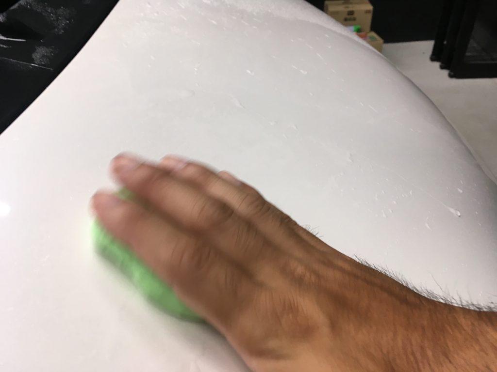 粘土を滑らせるようにかける