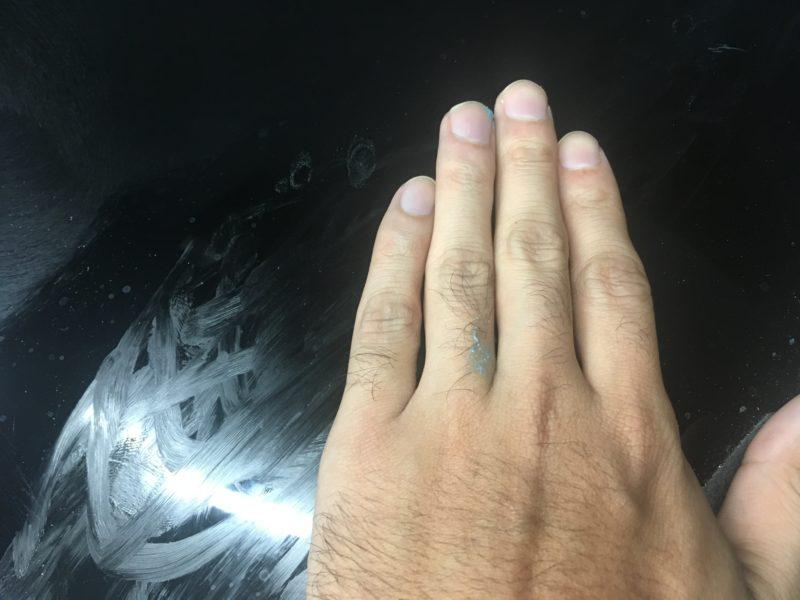 手で塗り込み中