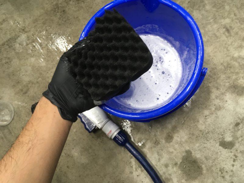 スポンジにつけて洗車する